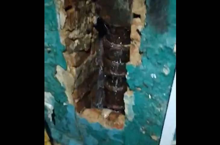 Жильцы дома на Непокоренных в Могилеве жалуются на водопад в подъезде