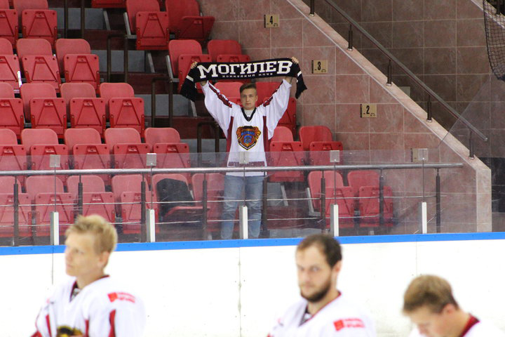 А что Вы знаете о преданности? Поддержать хоккейную команду «Могилев» пришел всего один болельщик.