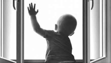 В Горках из окна выпал 2-летний мальчик