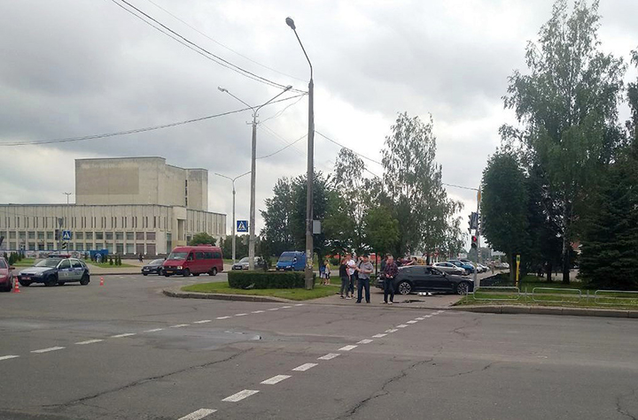 В центре Бобруйска автомобиль «Kia» вылетел на тротуар