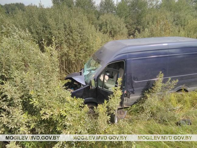 ДТП в Дрибинском районе: трактор и микроавтобус оказались в кювете