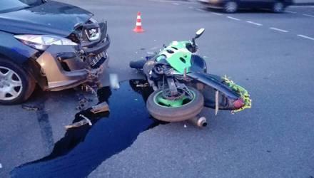 В Бобруйске на перекрестке столкнулись «Пежо» и мотоцикл