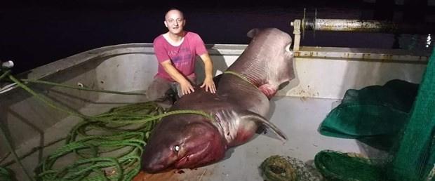 Рыбаки пришли в ужас, вытянув с уловом огромную акулу, которая весила тонну