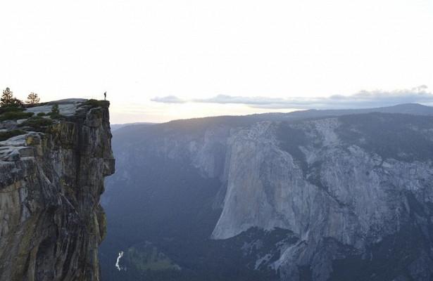 Россиянка сорвалась со скалы высотой 50 метров и выжила