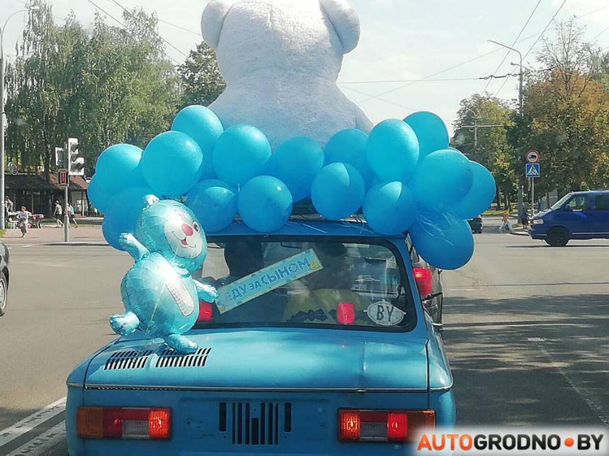 Житель Гродно специально купил и украсил «запорожец», чтобы встретить жену из роддома
