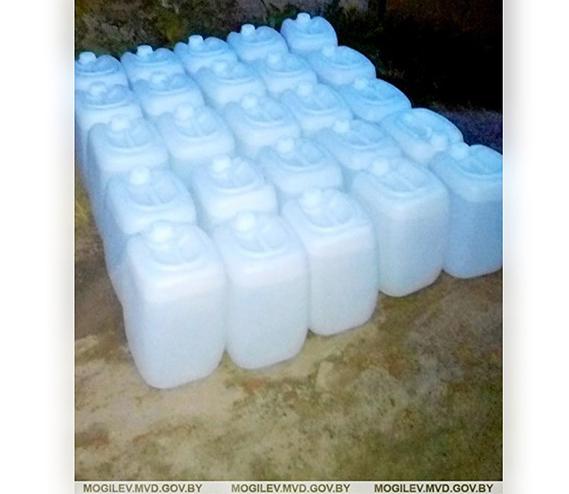 В Бобруйске у мужчины в гараже нашли 500 литров спирта. Хранил для себя любимого