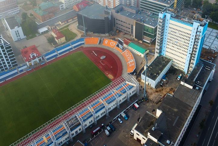 На стадионе «Спартак» в Могилёве установили новый навес над зрительской трибуной