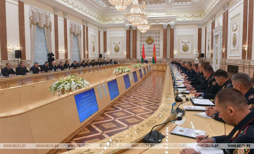 Лукашенко нелестно отозвался о работе милиция. «Некоторые в погонах прибурели и оборзели - эти люди должны быть изъяты из нашего общества» - заявил он на совещании