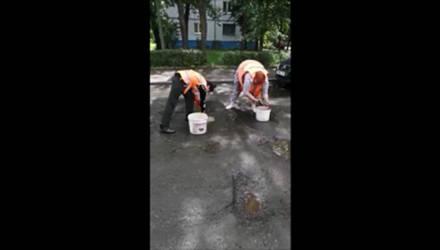 Все что нужно знать о наших дорогах: в Бобруйске перед ямочным ремонтом дороги коммунальные работницы сушили лужи тряпками
