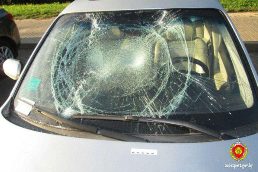 Очень вежливый хулиган разбил стекла в трех автомобилях и оставил записки с извинениями