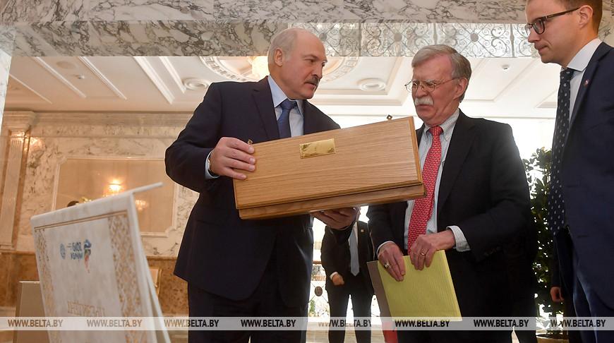 Лукашенко передал Трампу подарок