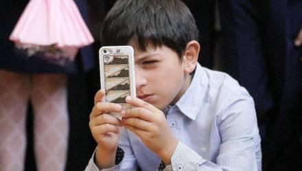 «В армии тоже мобильники запрещают, но все пользуются!» Родители отреагировали на запрет телефонов в школе