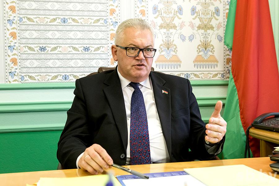 Министр образования Игорь Карпенко обещает повысить зарплату учителям