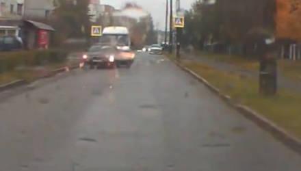В Бобруйске микроавтобус въехал в легковушку и уехал (видео)