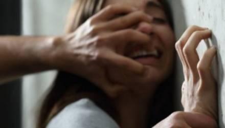 «Их было двое». Девушка выпрыгнула из окна после 8 часов изнасилований