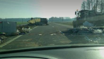 На трассе Минск-Бобруйск грузовик опрокинулся в результате столкновения с трактором