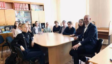 «У всех учеников мобильники, но они не мешают». Что удивило в белорусской школе британского «гуру образования»