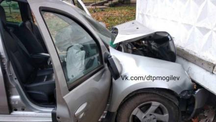 Авария в Могилёве: автомобиль врезался в балкон жилого дома