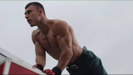Видели, как тренируется этот пожарный из Бобруйска? Он крутой