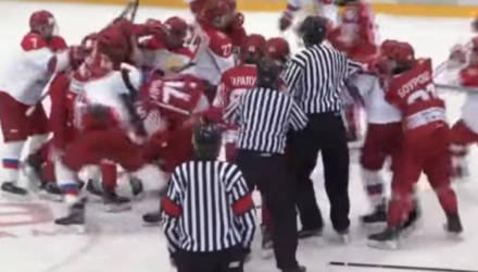 Хоккеисты Беларуси и России устроили массовую драку на льду (видео)