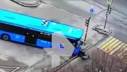 Автобус сбил женщину с ребёнком возле остановки (видео)