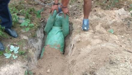 Под Дзержинском вымогатели заставили жертву лечь в могилу и стали засыпать землей
