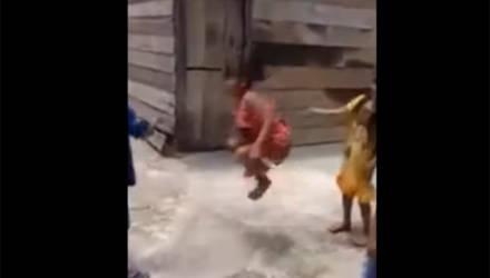 Дети прыгали через мёртвую змею вместо скакалки
