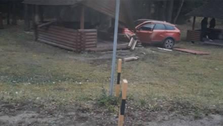 Под Могилёвом Lada Vesta протаранила беседку у дороги