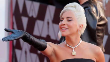Полураздетая Леди Гага станцевала с удивленным трубачом