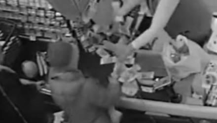 Касса «выстрелила» деньгами в посетителей гипермаркета (видео)
