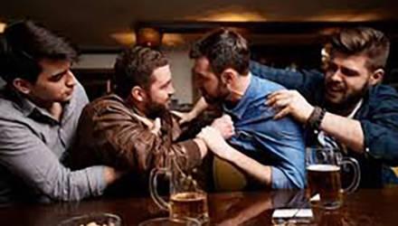 Драка между посетителями бара в Могилёве закончилась тяжелой травмой головы одного из них
