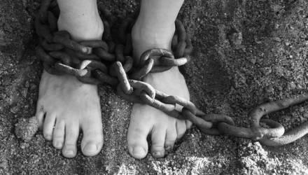 «О них не знали даже соседи»: В России мать 11 лет держала детей в полной изоляции