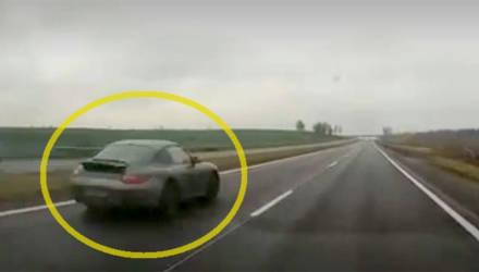 200 - полет нормальный? Видео с летящим по М1 на запредельной скорости Porsche вызвало жаркие споры в соцсетях