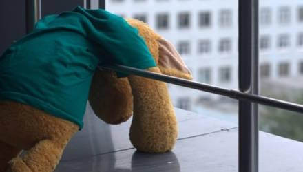 Обул кроссовки и вышел на балкон: с восьмого этажа упал 5-летний ребенок в Микашевичах