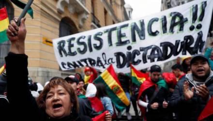 Президент улетел в другую страну, а глава ЦИК пыталась бежать, переодевшись мужчиной. Громкие новости Боливии