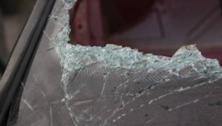 Жителю Могилёва показалось, что его задела проезжающая машина, поэтому он разбил её лобовое стекло