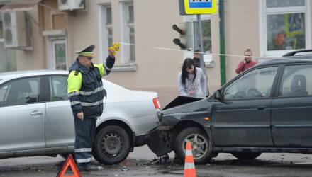 Авария в центре Бобруйска: водители выясняют, кто из них прав