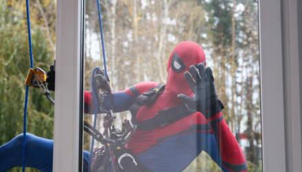 Могилёвские спасатели в костюмах супергероев навестили детей в больнице (фото)