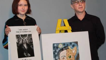 Художник Никас Сафронов передал для могилёвских юных художников памятные сувениры (фото)