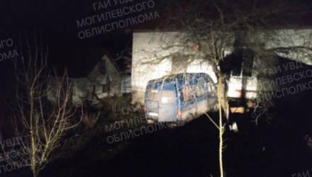 В Осиповичском районе 3-летний мальчик попал под машину, а в Школе бесправник врезался в забор