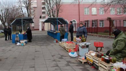 Стихийная торговля «с земли» у Центрального рынка Могилёва перемещена на специально созданные ряды
