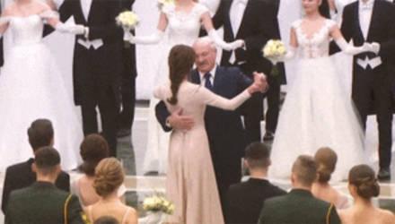 Лукашенко станцевал на балу с молодой брюнеткой (видео)