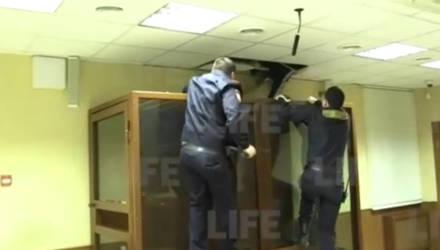 Убивший сестру при изгнании бесов пытался сбежать из суда через потолок (видео)