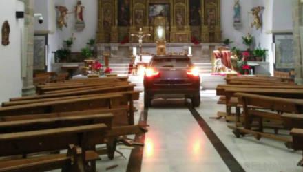 В Испании водитель, спасаясь от дьявола, въехал на внедорожнике в храм