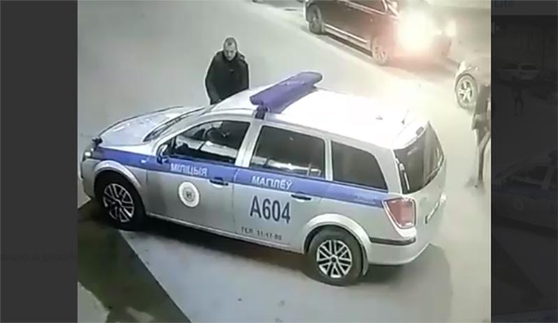 В Могилёве мужчина, с признаками алкогольного опьянения, помочился на автомобиль милиции