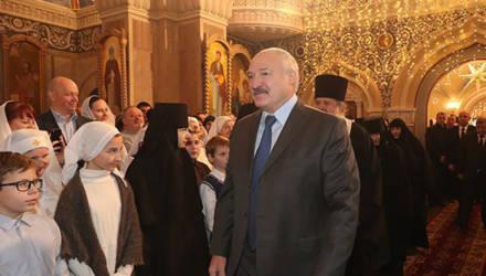 «Год будет для кого-то тяжелым, для кого-то не очень». Лукашенко в Рождество посетил храм на территории Свято-Елисаветинского женского монастыря