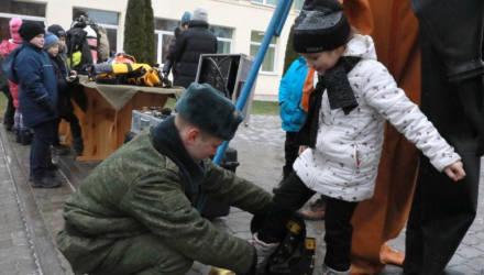 В Могилёве солдаты устроили для детей праздник в честь Дня инженерных войск
