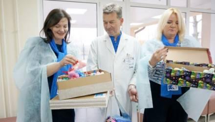 Акция БСЖ «Жизнь на ладошке»: вязаные изделия для новорожденных вручили роженицам Могилёвского городского роддома