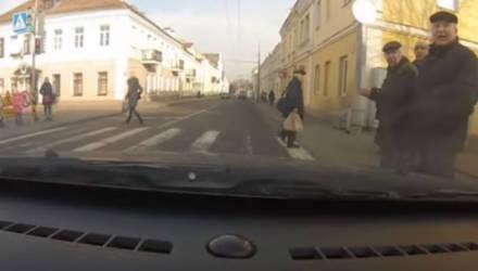 """""""Вы с ума посходили? Куда?"""" В Гродно пешеходы толпой пошли на красный и ругались на водителя"""