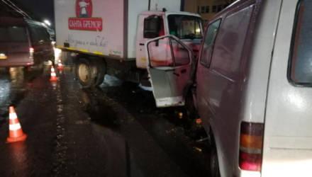Грузовик в Могилёве выехал на встречку и врезался микроавтобус. Пострадали люди